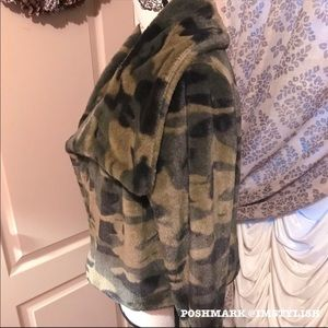 36 Point 5 Jackets & Coats - 🆕 36Point5 Camo Faux Fur Cropped Jacket Coat
